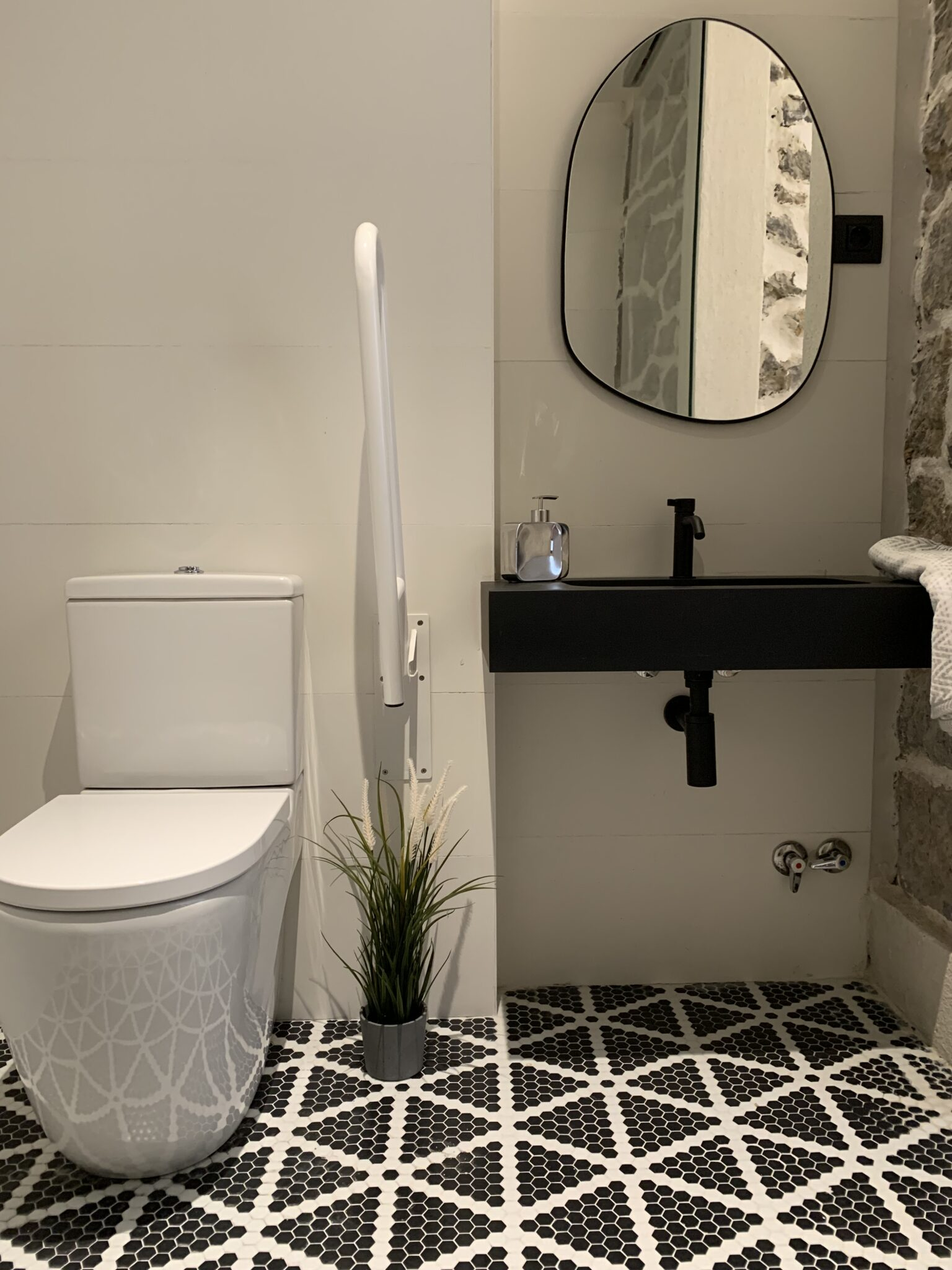 Proyecto-hisbalit-Baño adaptado con suelo Sonata | Ducha | Black & White-baNo sonata black white hotel arimune baNo adaptado 1