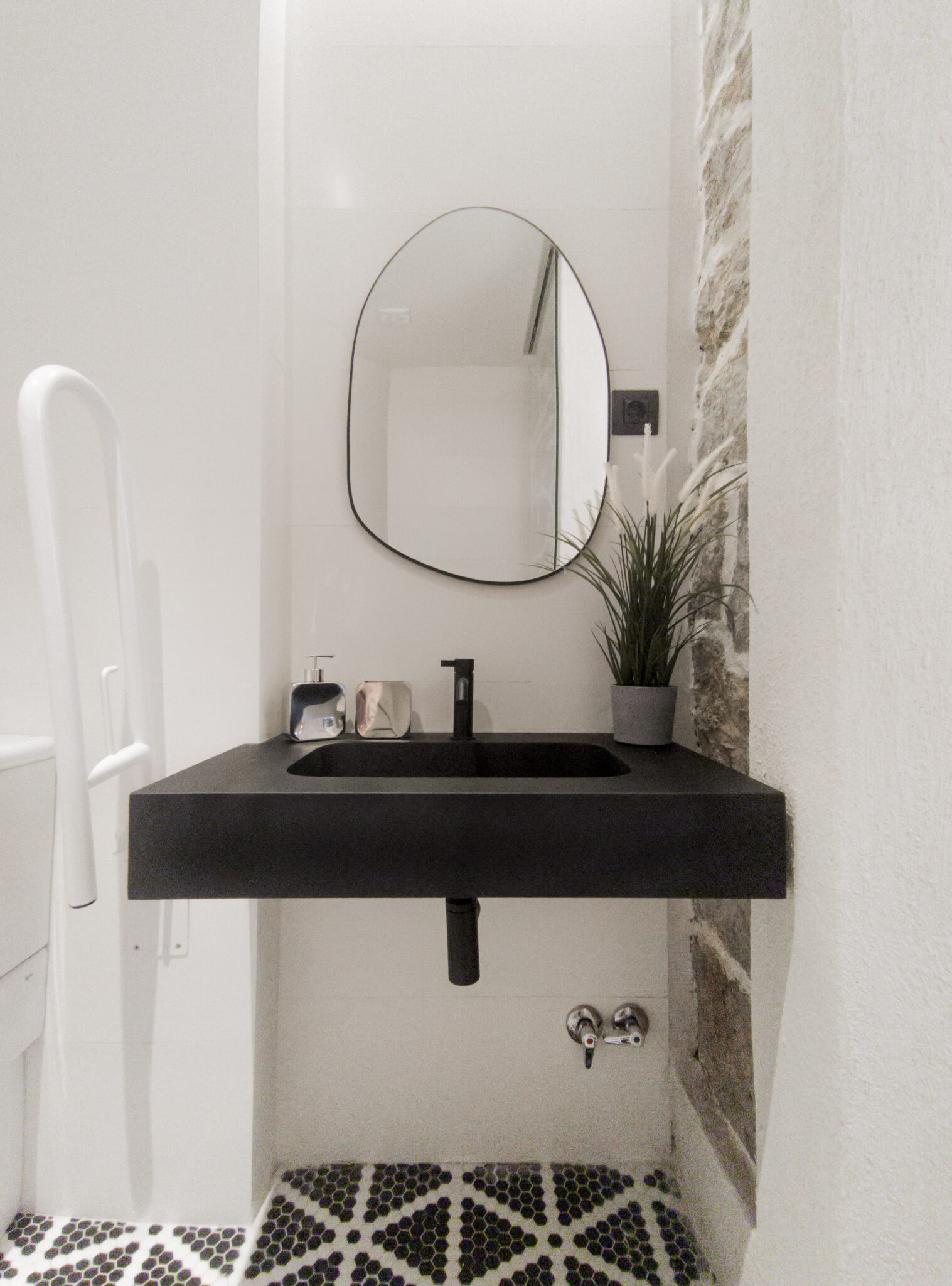 Proyecto-hisbalit-Baño adaptado con suelo Sonata | Ducha | Black & White-baNo sonata black white hotel arimune baNo adaptado 4