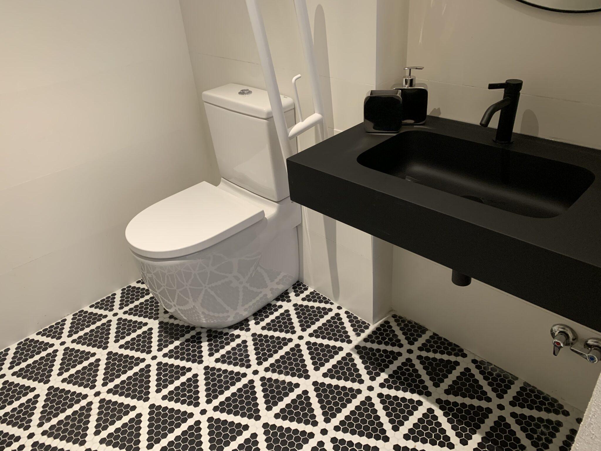 Proyecto-hisbalit-Baño adaptado con suelo Sonata | Ducha | Black & White-baNo sonata black white hotel arimune baNo adaptado 6