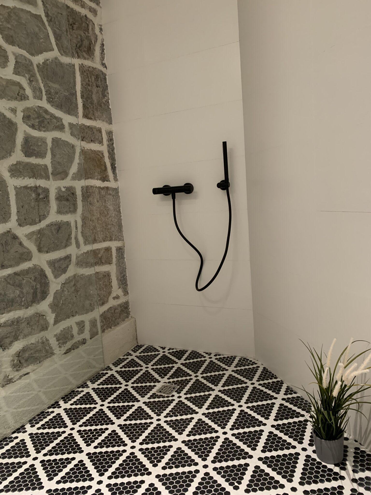 Proyecto-hisbalit-Baño adaptado con suelo Sonata | Ducha | Black & White-baNo sonata black white hotel arimune baNo adaptado 8