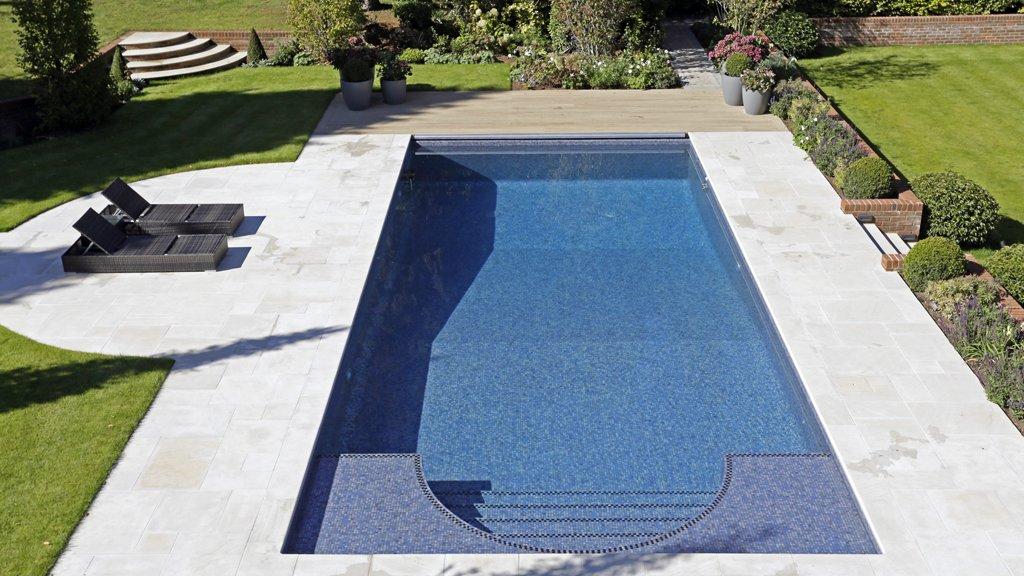 Descubre una de las piscinas m s sorprendentes con mosaico hisbalit the mosaic company - Proyecto piscina privada ...